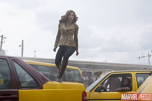 Black Widow (Scarlett Johansson) klettert über Auto Marvel's 'Captain America: Civil War'<br>