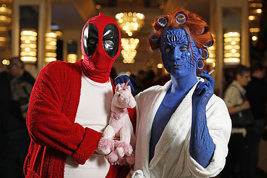 Marvel's Deadpool und Mystique von X-Men in Bademänteln<br>