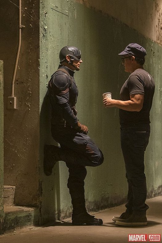 Chris Evans im Gespräch mit Regisseur Anthony Russo am Set von Marvel's 'Captain America: Civil War'<br>